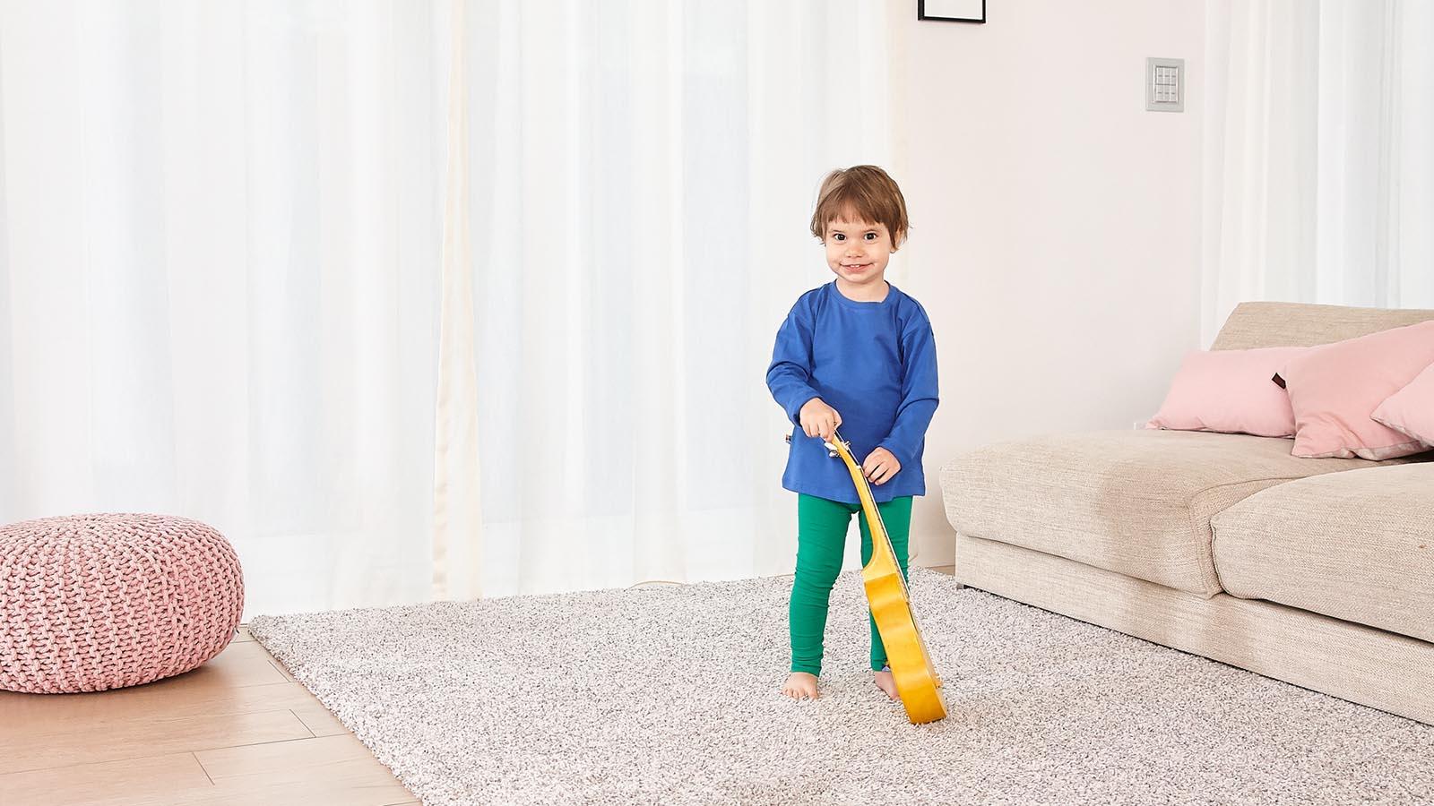 dziecko w kolorowych ubraniach