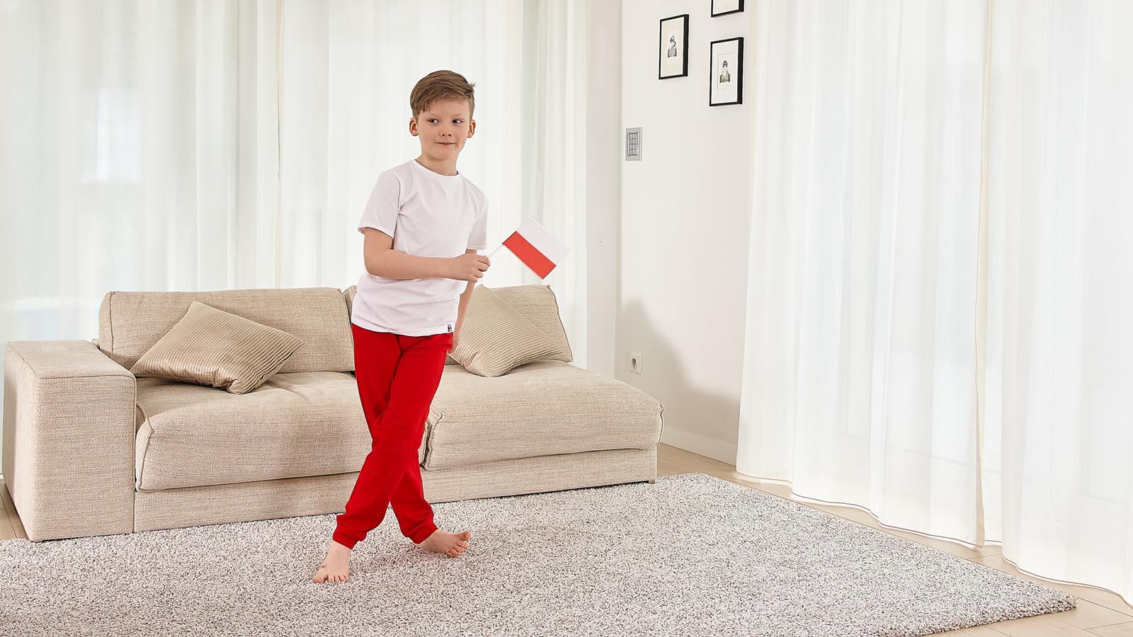chłopiec w kolorowych ubraniach