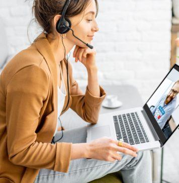 praca zdalna kobieta pracująca na laptopie