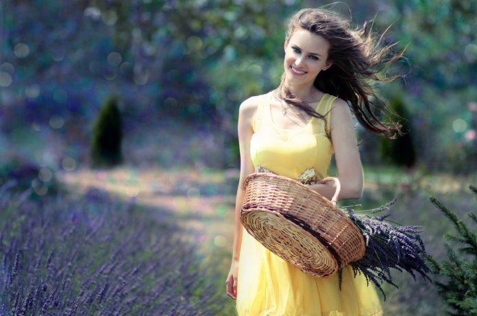 dziewczyna na łące w żółtej sukience