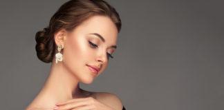 piękna kobieta ze złotymi kolczykami