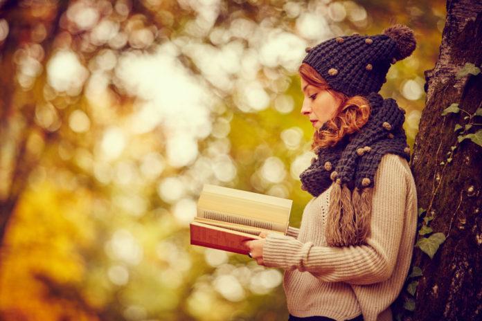 jesień kobieta czytająca ksiązkę