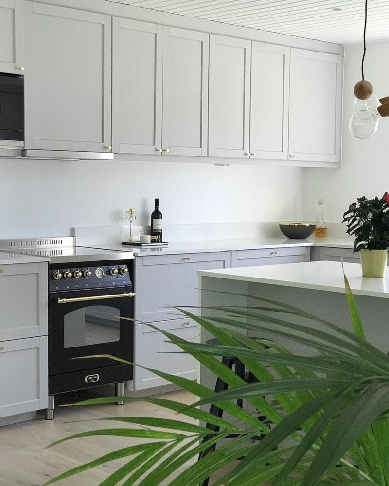 kuchenka wolnostojąca czarna w białej kuchni