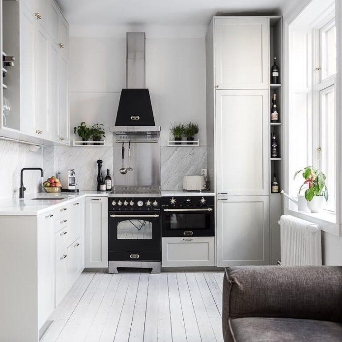 kuchenka wolnostojąca w jasnej kuchni