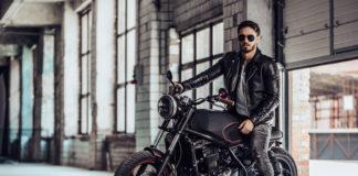motocyklista w hangarze siedzący na motocyklu