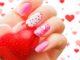 romantyczny manicure z motywem serc