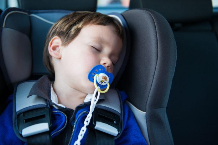 dziecko śpiące w foteliku samochodowym