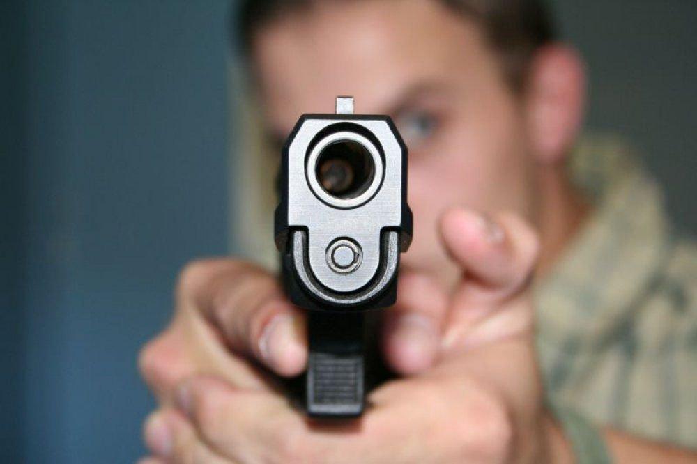 człowiek strzelający na strzelnicy