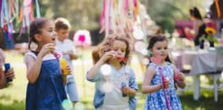 dzieci na przyjęciu urodzinowym bańki