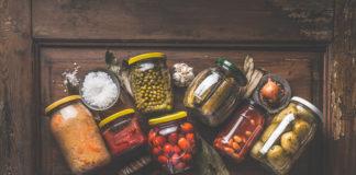 kiszone warzywa w słoikach rustykalne zdjęcie