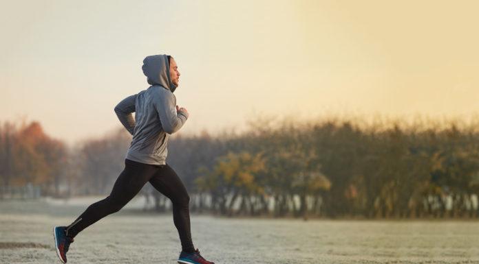 mężczyzna biegający jesienią