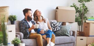 młodzi ludzie po przeprowadzce do nowego mieszkania