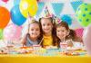 trzy dziewczynki podczas przyjęcia urodzinowego