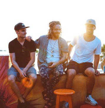 3 mężczyźni w knajpie na zewnątrz