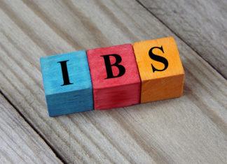 IBS napis (Irritable Bowel Syndrome) na drewnianych klockach