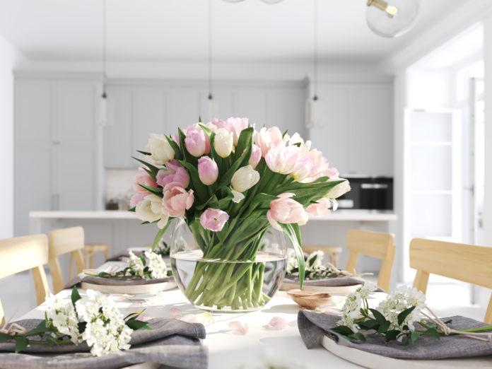 tulipany w wazonie na stole
