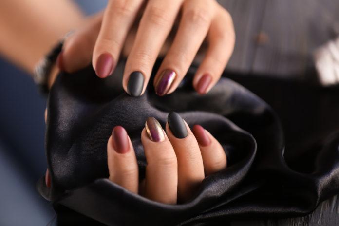ciemny jesienny manicure