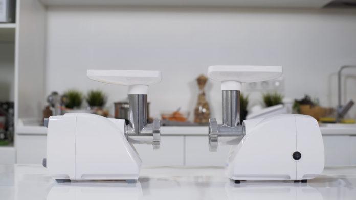 dwie maszynki elektryczne do mięsa na stole