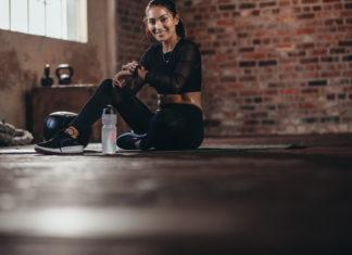 kobieta na siłowni z zegarkiem