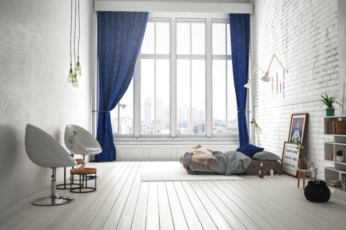 granatowe zasłony w oknach sypialni