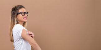 kobieta drapiąca swędzące ramię