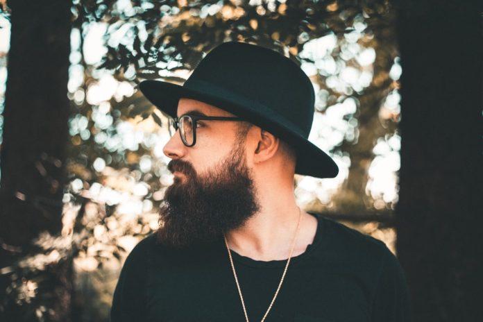 mężczyzna z brodą w kapeluszu profil