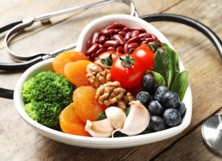 miska z owocami, warzywami orzechami