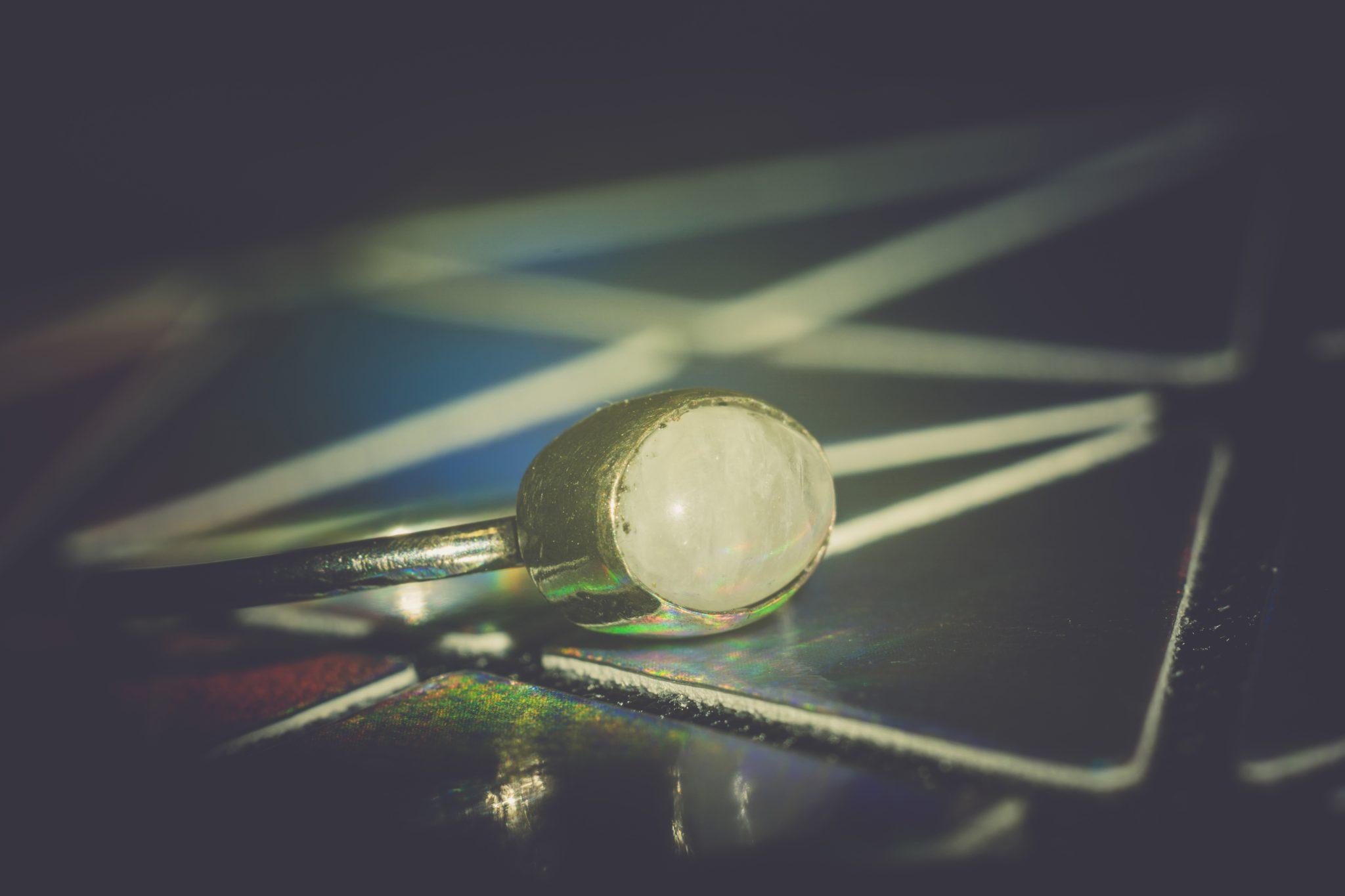 kamień księżycowy w pierścionku zaręczynowym