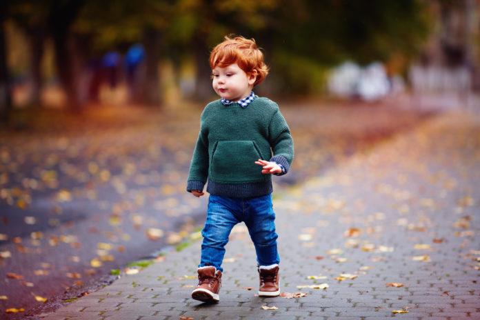 rudy chłopiec w zimowych butach
