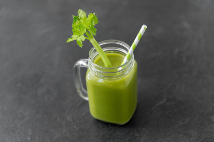świeżo wyciskany sok z selera naciowego