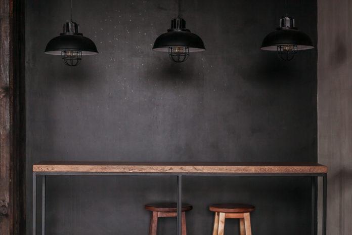 drewniany stół z taboretami loft