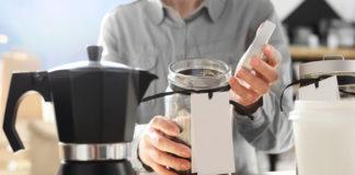Kawiarka ciśnieniowa do parzenia kawy. Kawiarnia , barista wybiera gatunek kawy do zaparzenia w kawiarce ciśnieniowej