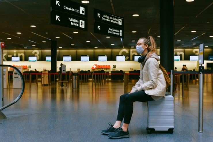 kobieta na walizce na lotnisku