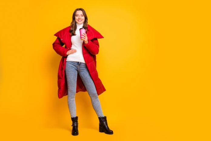 kobieta w czerwonej kurtce zimowej