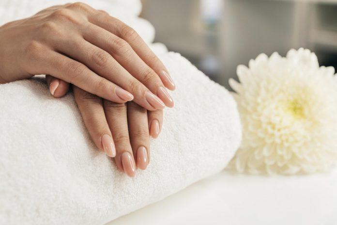 Jak ściągnąć paznokcie żelowe