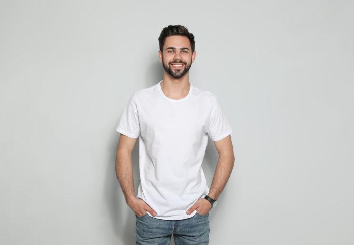 mężczyzna w białym tshircie