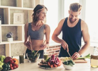 para przygotowująca zdrowy posiłek w domu