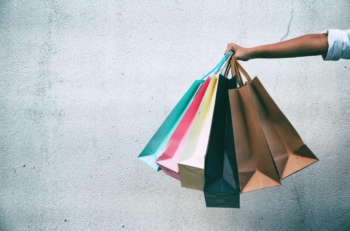 zbliżenie na rękę trzymającą torby na zakupy