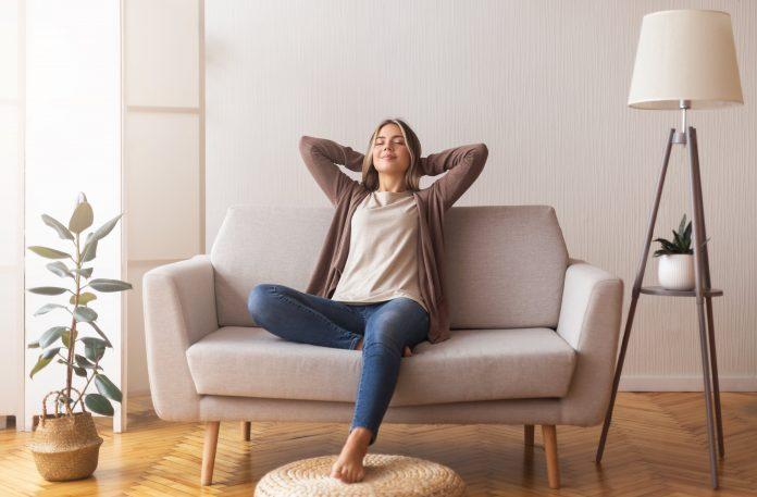 kobieta na beżowej kanapie