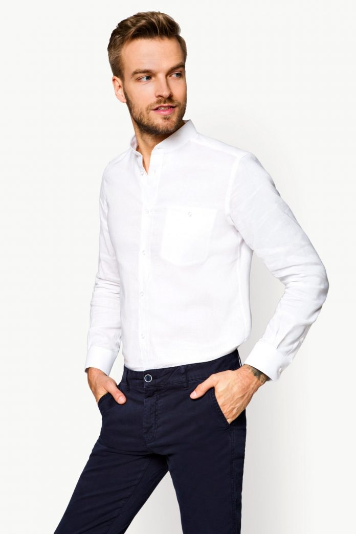 mężczyzna w białej koszuli
