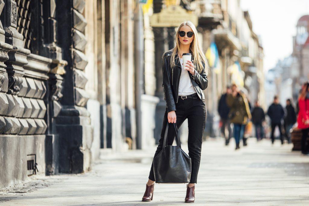 shopperka w stroju dziewczyny z instagrama