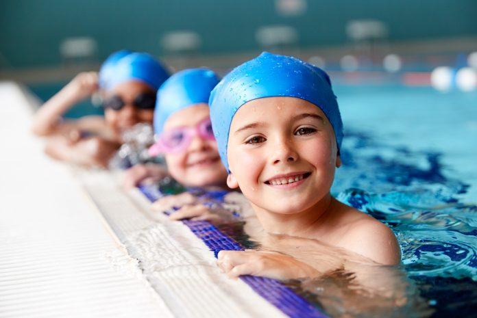 dzieci w wodzie na basenie