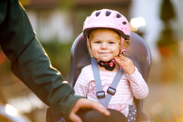 dziewczynka w foteliku rowerowym