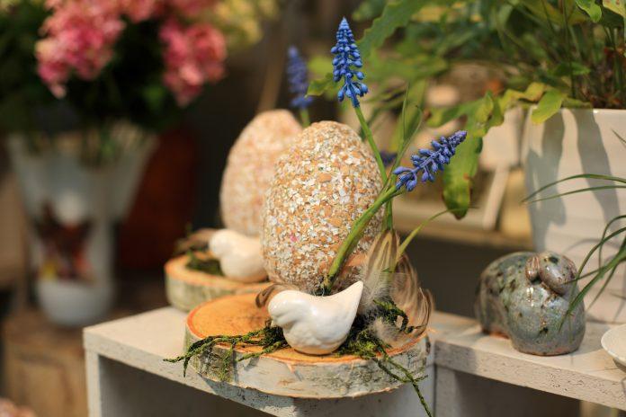 Duże oklejane jajko Wielkanocne, stroik, dekoracja w kwiaciarni.