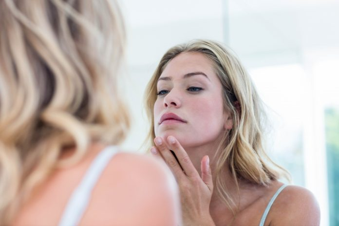 kobieta wieczorny rytuał pielęgnacyjny oczyszczanie twarzy