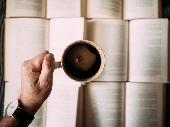 kubek kawy nad książkami