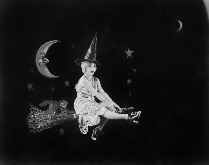 współczesna czarownica na miotle