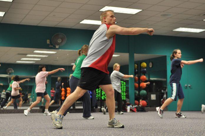 grupa ludzi na zajęciach fitness