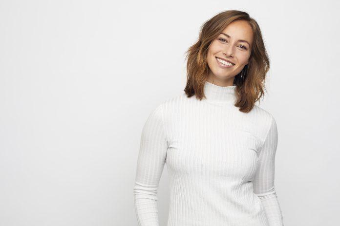 młoda uśmiechnięta kobieta białe zęby