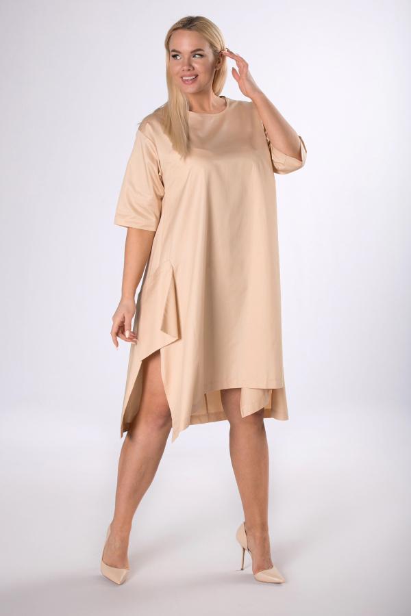 kobieta w beżowej asymetrycznej sukience